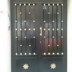 Puerta de portal con latón.