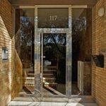 Puerta con dos fijos y montante en acero inoxidable