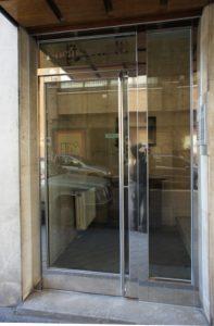 Puerta con fijo lateral y montante, en acero inoxidable.