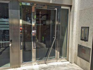 Puerta con dos fijos laterales en acero inoxidable.