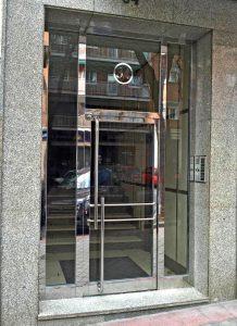 Puerta con dos fijos laterales y montante, en acero inoxidable espejo.