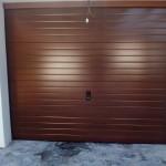 Puerta seccional madera oscura.