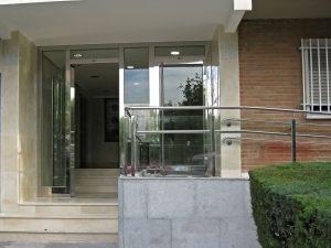 Puerta en acero inoxidable con diseño especial.
