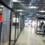 jaula construida en metal deployee, con bastidores en ángulo y totalmente desmontable.